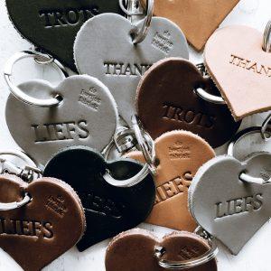 10 leren hartjessleutelhangers TROTS-THANKS-LIEFS - De Hartjesfabriek