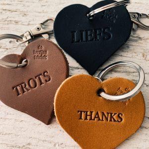 10 stuks leren hartjessleutelhangers met tekst De Hartjesfabriek